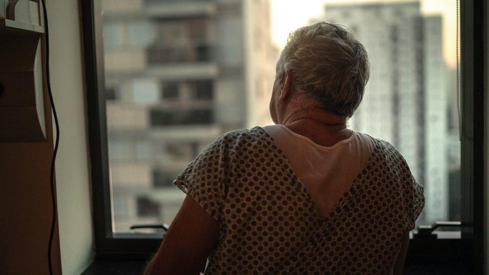 Hastane penceresinden bakan bir hasta.