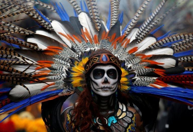 """امرأة ترتدي ملابس للمشاركة في موكب """" كاترينا """" في المكسيك"""