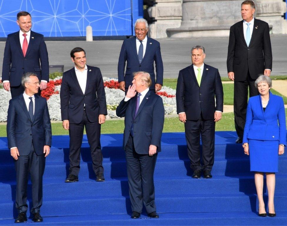 Američki predsednik Donald Tramp u sredini okružen ostalim liderima bloka pred radnu večeru u Briselu.