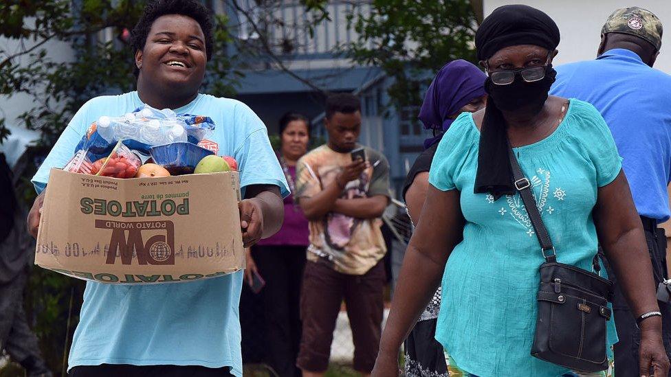 Persona recibiendo cajas de comida.