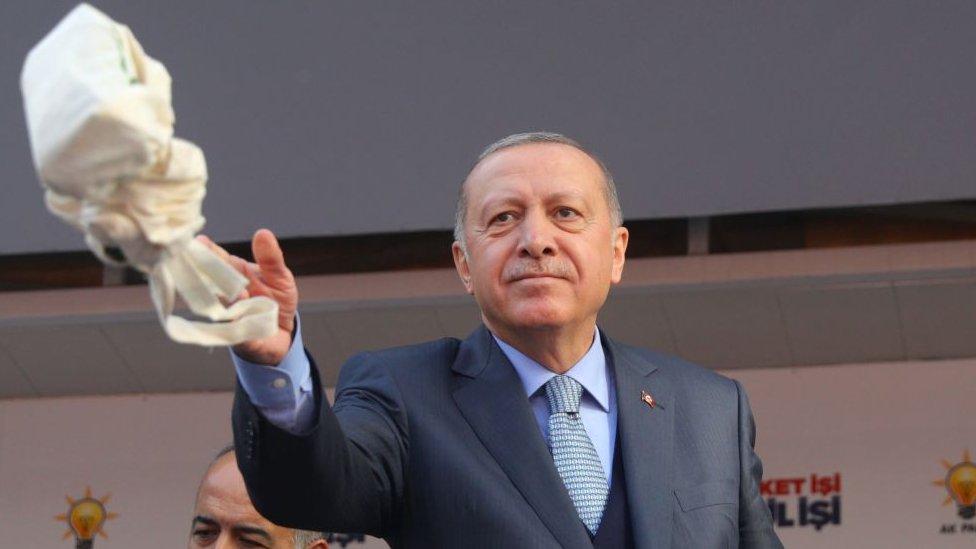 Cumhurbaşkanı Erdoğan Ankara'daki bir mitingde çay dağıtırken.