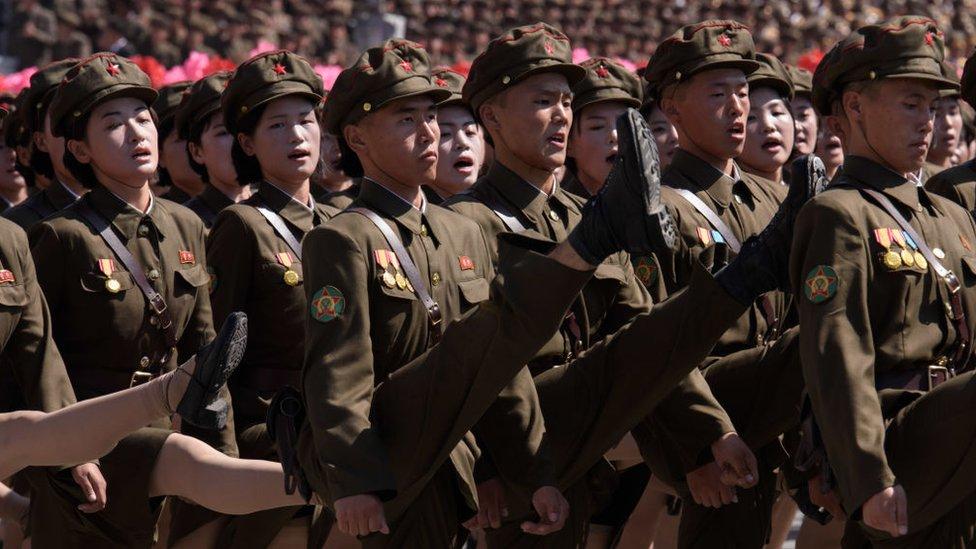 Soldados marchando con la pierna muy levantada