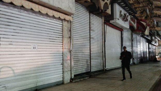 فرضت السلطات المصرية إغلاقا جزئيا على المطاعم والمقاهي والمتاجر ليلا