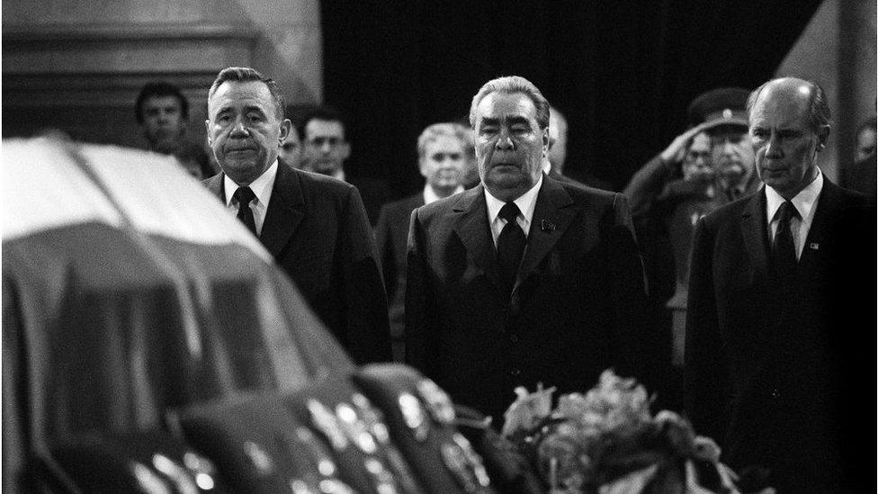 Leonid Brežnjev pred kovčegom Josipa Broza Tita