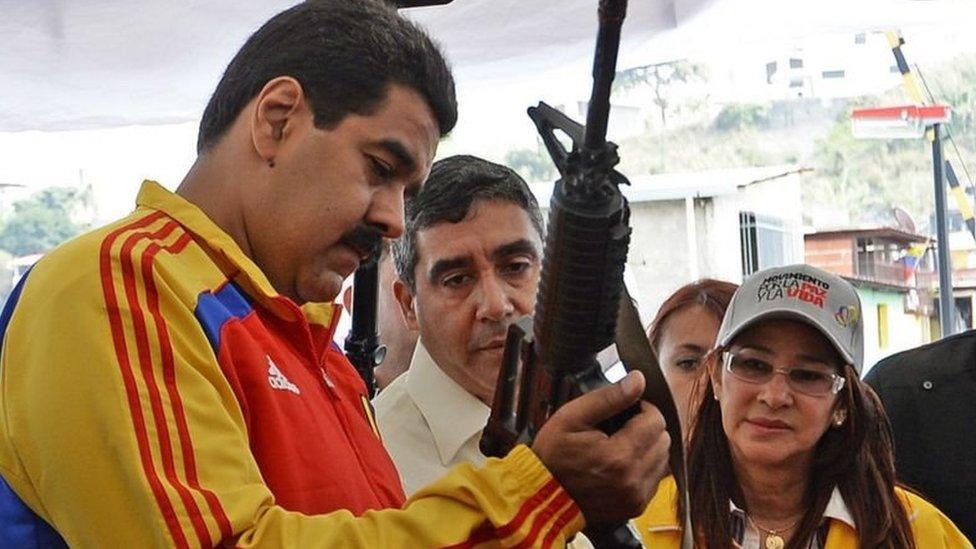 Nicolas Maduro con fusil