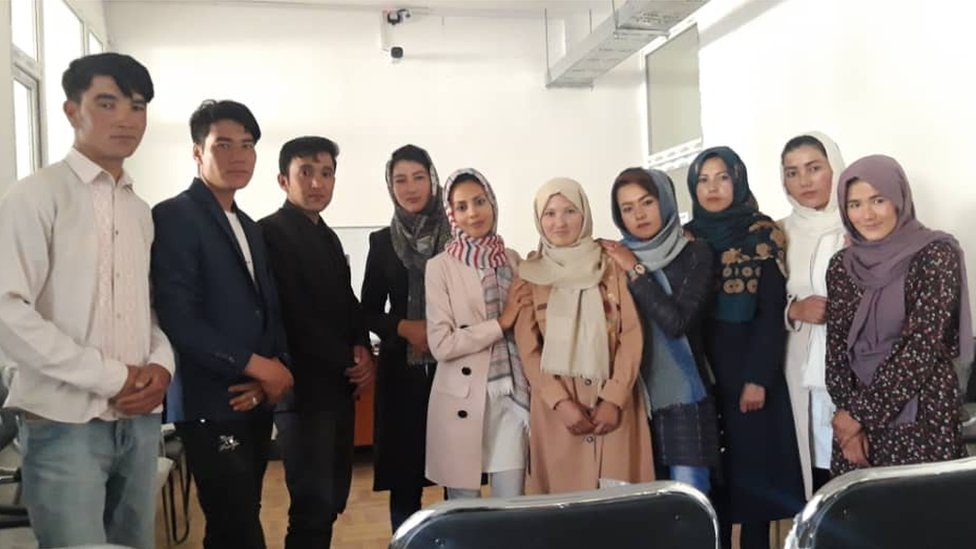 Zainab Momeny y sus alumnos