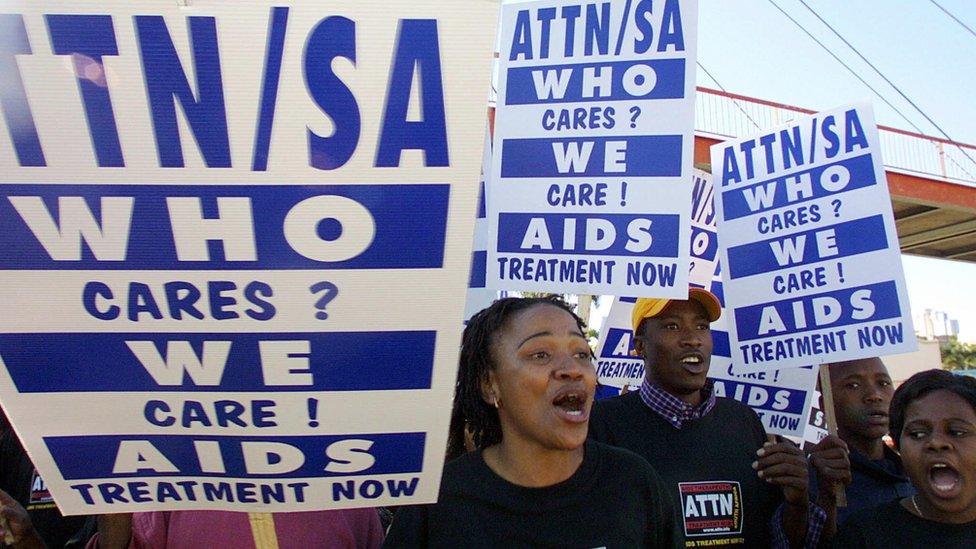 Centenas de ativistas anti-Aids da Aids Therapeutic Treatment Now (ATTN) marcham para protestar contra a inacção do governo sul-africano em fornecer medicamentos antirretrovirais a pessoas infectadas com o vírus HIV, 3 de Agosto de 2003 em Durban.