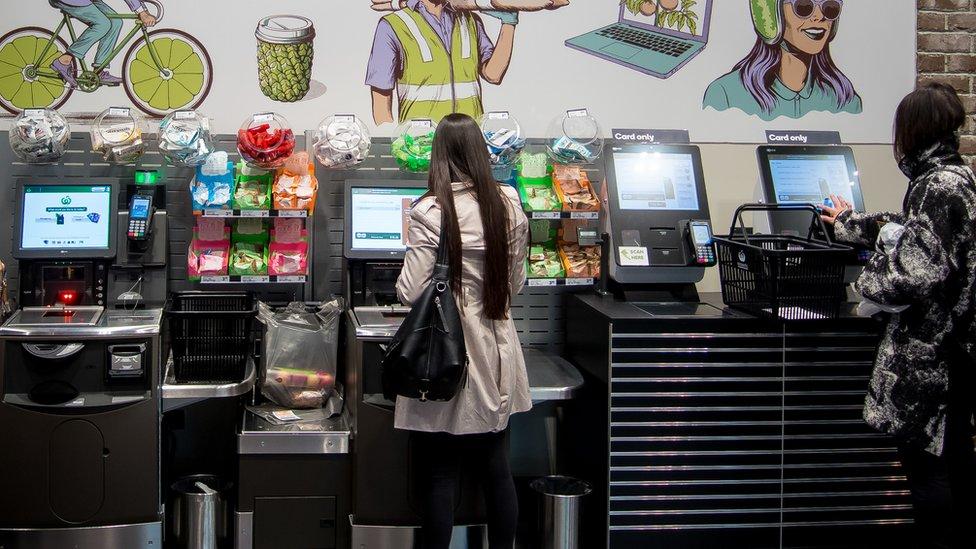 Dos clientas pagan su compra en un supermercado de autoservicio.