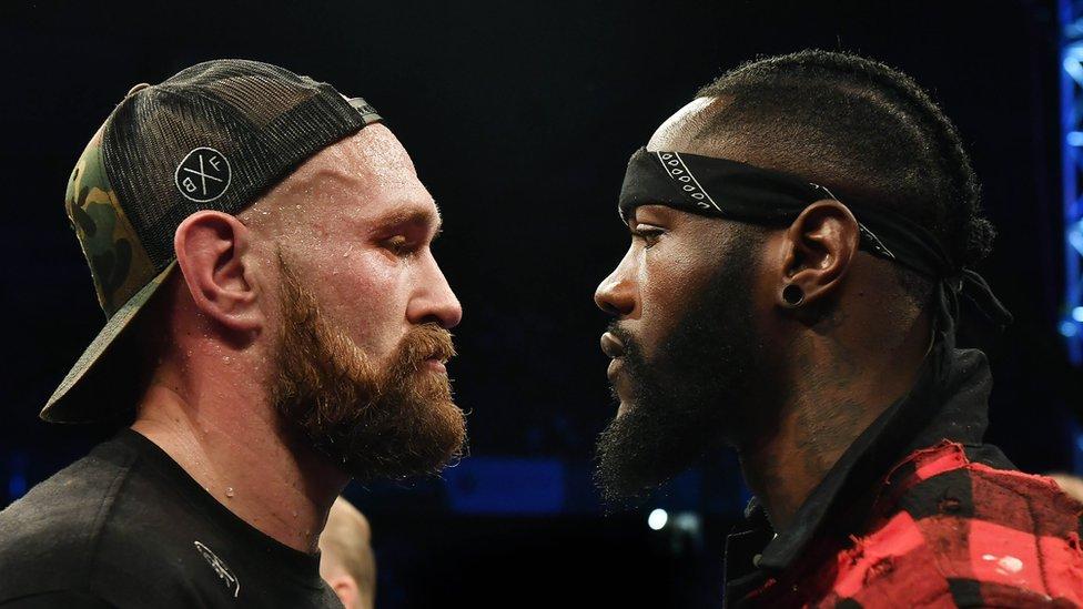 Britanski bokseri u teškoj kategoriji Tajson Fjuri (L) i Deontej Vajlder (R)