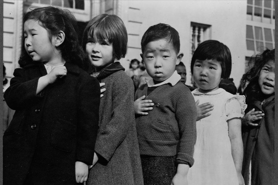 Niños japoneses haciendo la jura de la bandera en EE.UU. antes de ser llevados a campos de detención junto con sus familias.