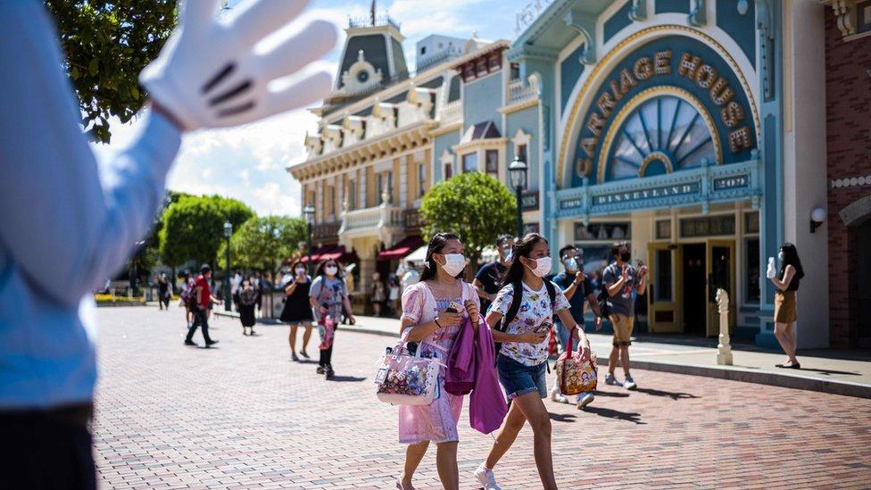 香港迪士尼樂園內遊客戴著口罩遊玩(18/6/2020)