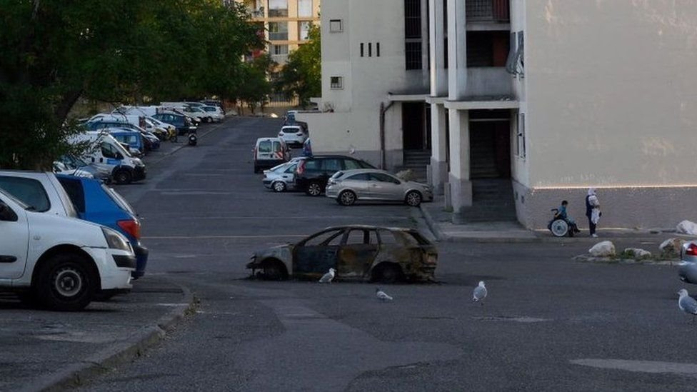"""Burned-out car in """"Les Rosiers"""" neighbourhood in Marseille"""