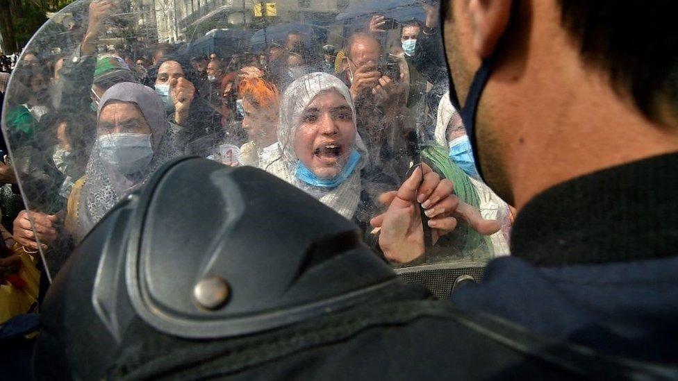 عادت الاحتجاجات الجماهيرية إلى الجزائر هذا العام للمطالبة بتغييرات سياسية