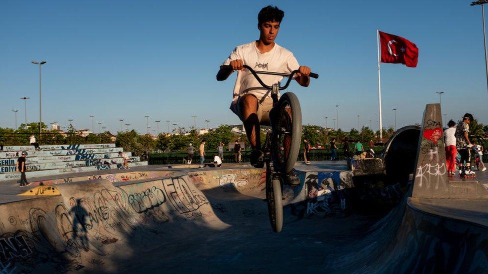 Türkiye'de bisiklete süren bir genç.