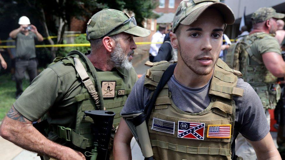 """Odio organizado"""": quiénes son y qué buscan los 165 grupos paramilitares que operan en Estados Unidos - BBC News Mundo"""