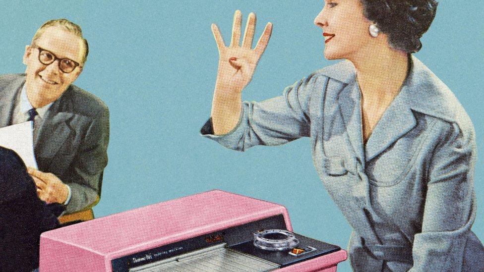 Imagen vintage de una mujer usando un fax