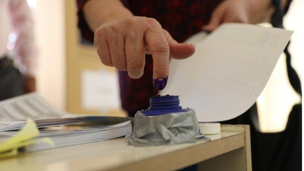 سيدة تصوت في الانتخابات العراقية