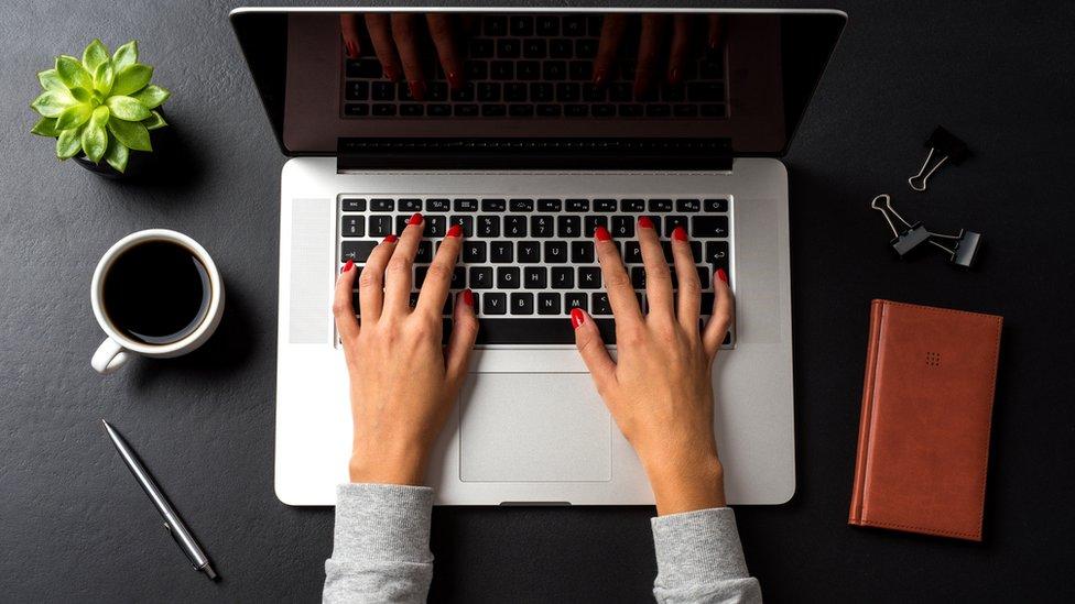 Manos en un teclado.