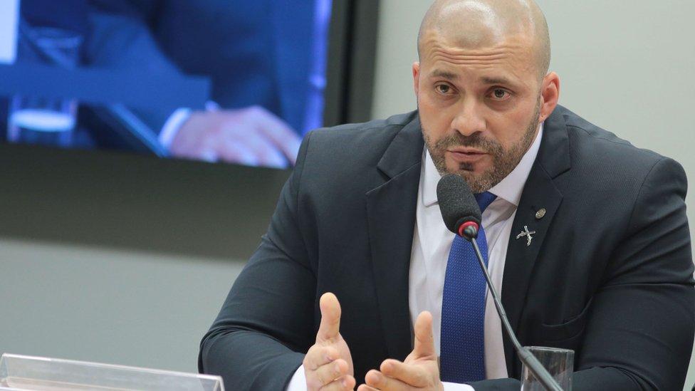 Daniel Silveira espalhou fake news sobre covid-19 e hostilizou policial que pediu máscara