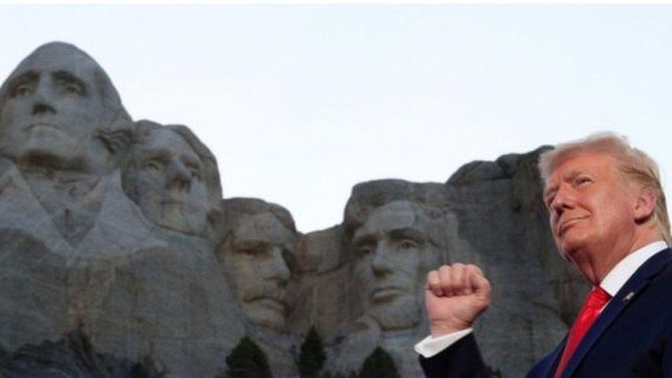 ترامب بجانب تماثيل الرؤوس الأربعة