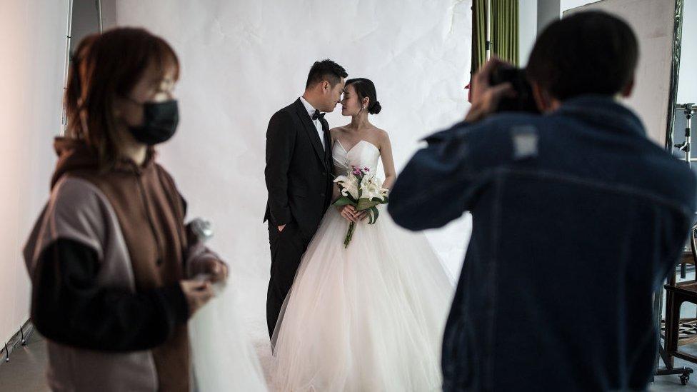 Par pozira za svadbenu fotografiju u foto-studiju u Vuhanu