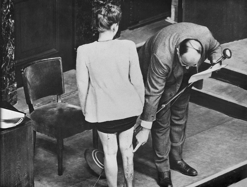 El doctor Leo Alexander presenta evidencia de la experimentación médica realizada a una estudiante polaca internada en un campo de concentración