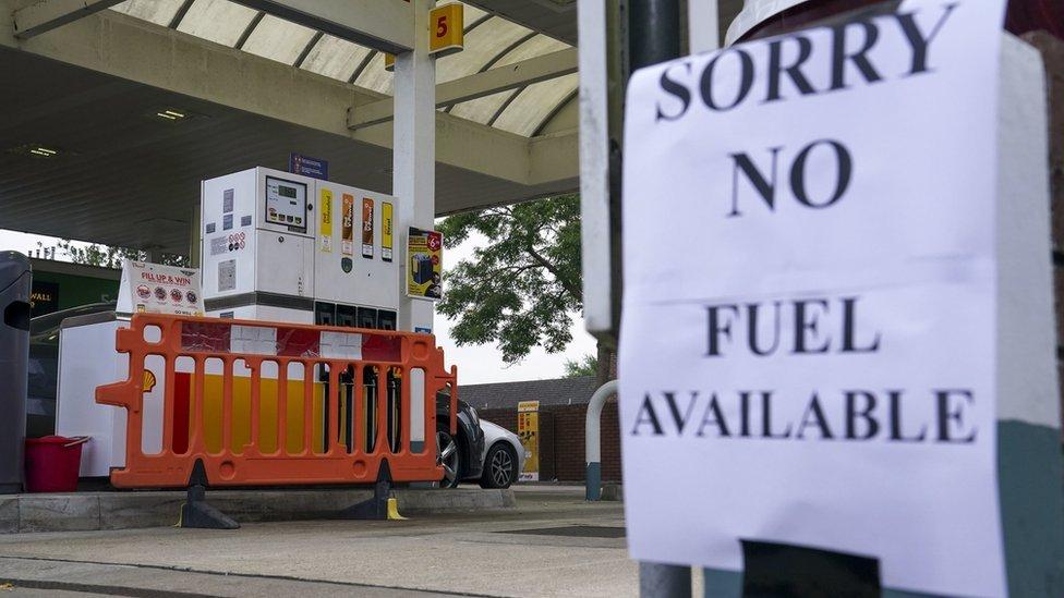 محطة بنزين عليها لافتة تقول لا يتوفر وقود
