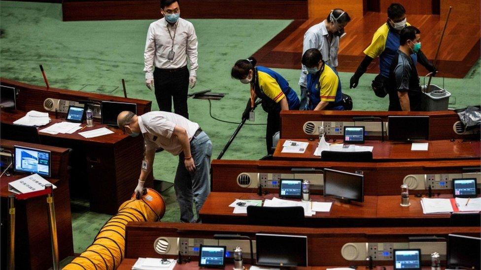 清潔工人在香港立法會會議廳內處理「臭水」(4/6/2020)