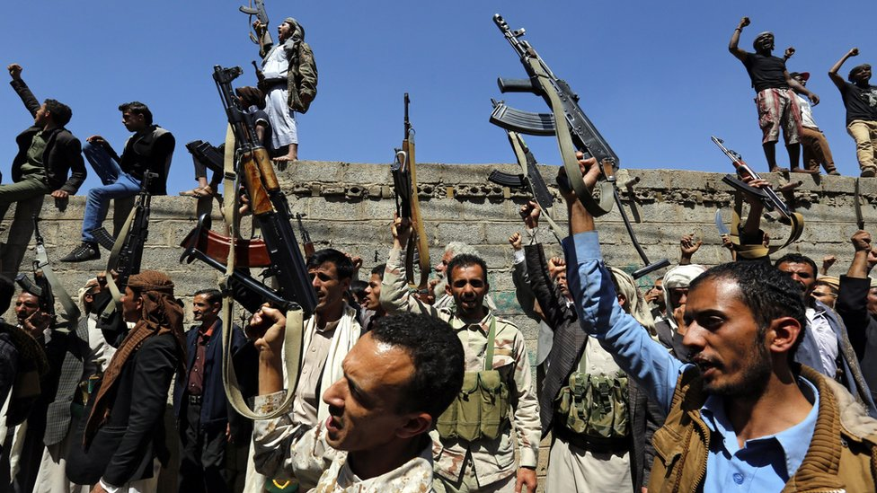 """Yemenis shout slogans and brandish weapons during an anti-Saudi rally protesting Saudi-led airstrikes on a funeral hall, outside the UN offices in Sana""""a, Yemen, 09 October 2016."""