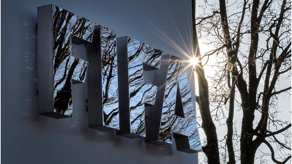 """Letras de """"FIFA"""" en la sede de la organización en Zúrich."""