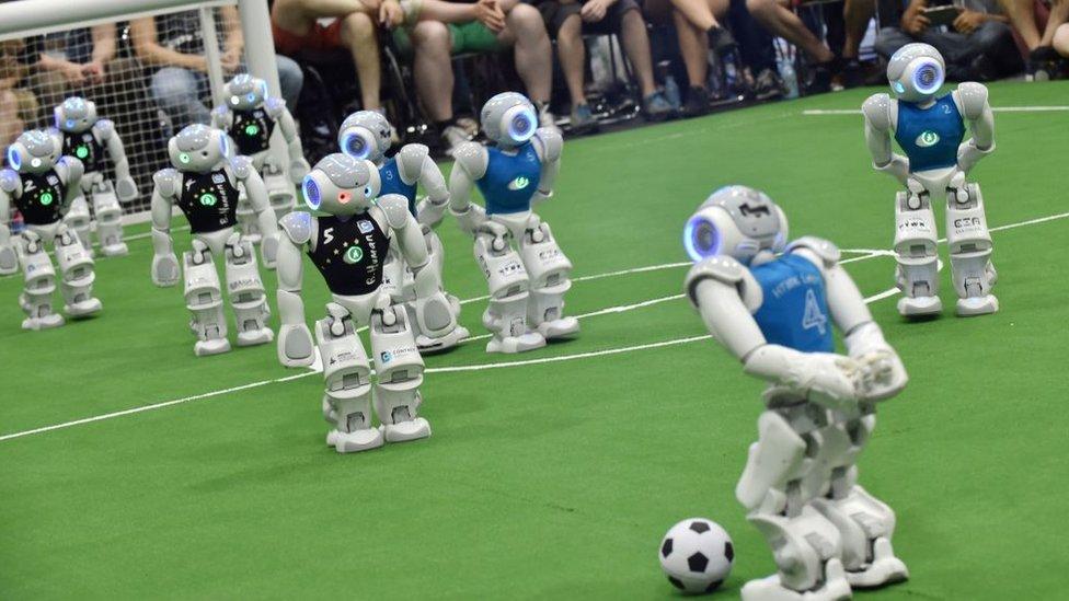 Futbol maçı yapan robotlar