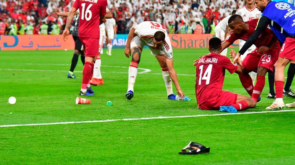 مشجعو الإمارات رشقوا اللاعبين القطريين بالنعال والزجاجات المياه