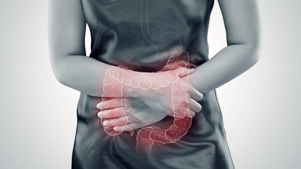 Mujer con intestino dibujado.