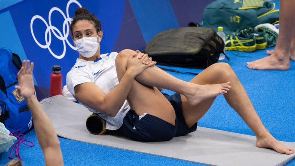 Andrea Murez estirando antes de nadar en Tokio