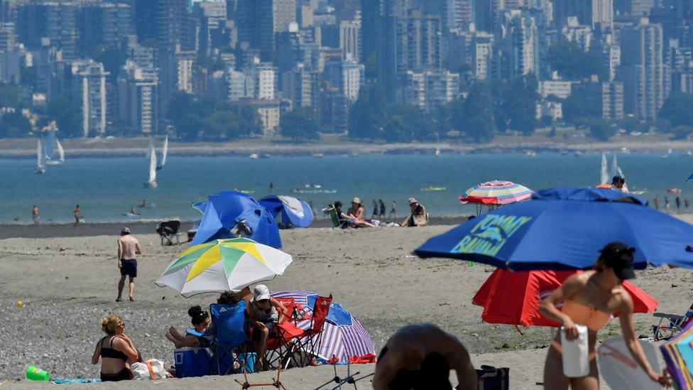 Gente acude a la playa en Vancouver para pasar el calor.