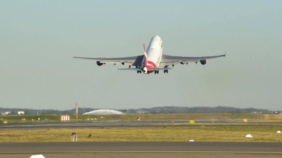 Avión de Qantas despegando en Sídney.