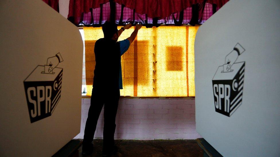 馬來西亞吉打州某投票站工作人員作最後凖備(8/5/2018)