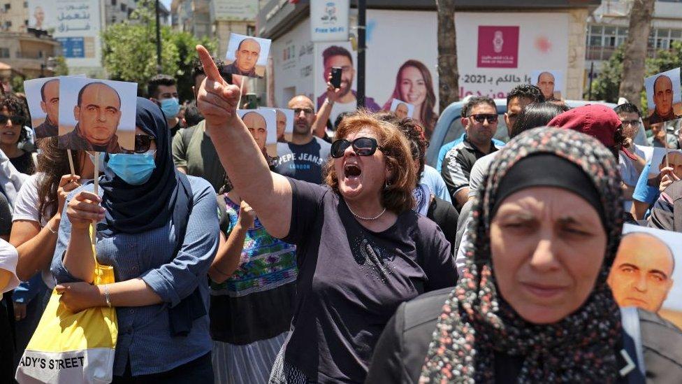 محتجون بعد مقتل نزار بنات، أحد أبرز منتقدي السلطة الفلسطينية، بعد اعتقاله.