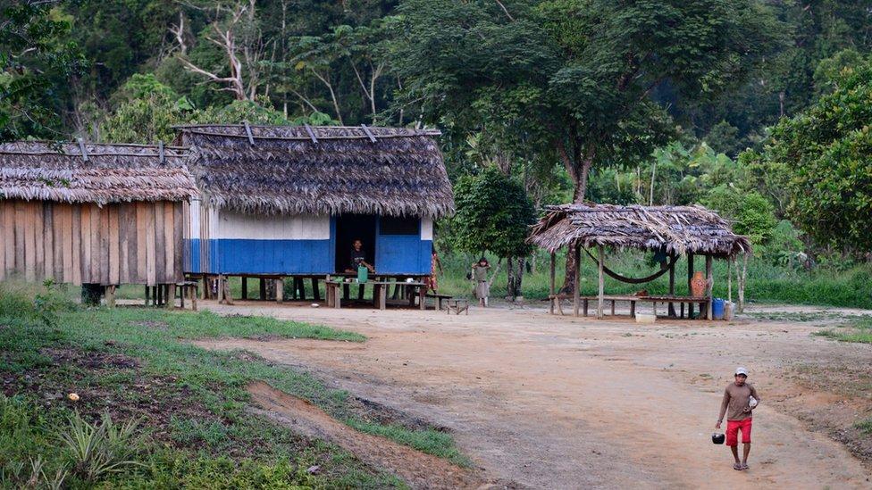 Casas e pessoas na terra Jamamadi, que fica no sul do Amazonas