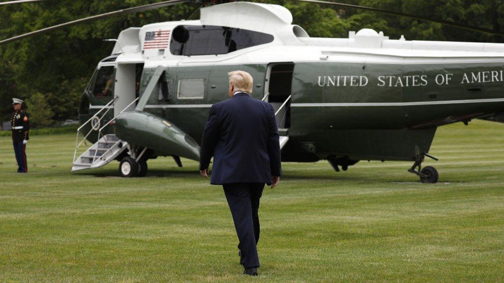 """الرئيس الأمريكي دونالد ترامب متوجهاً صوب طائرة """"مارين وان"""" في حديقة البيت الأبيض، واشنطن"""