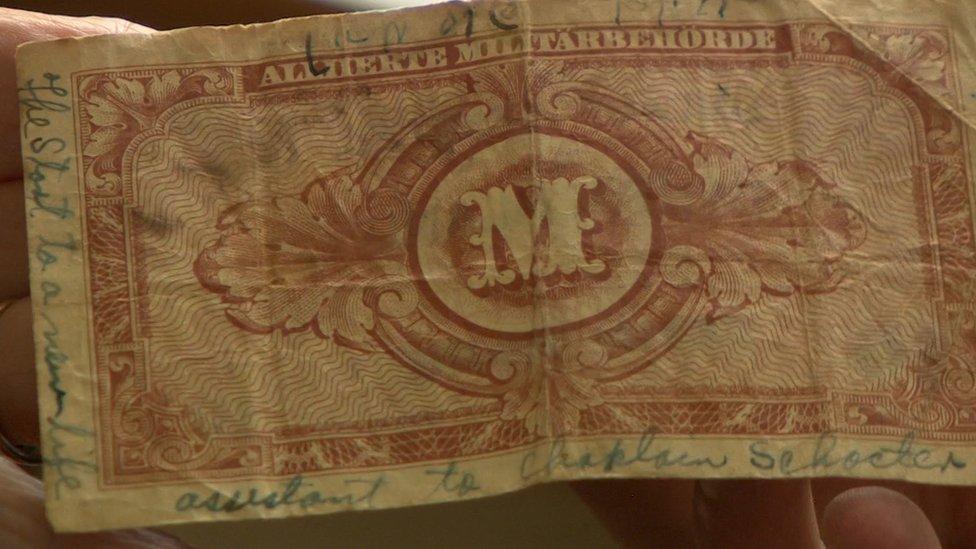Antiga nota bancária alemã com mensagem escrita por soldado
