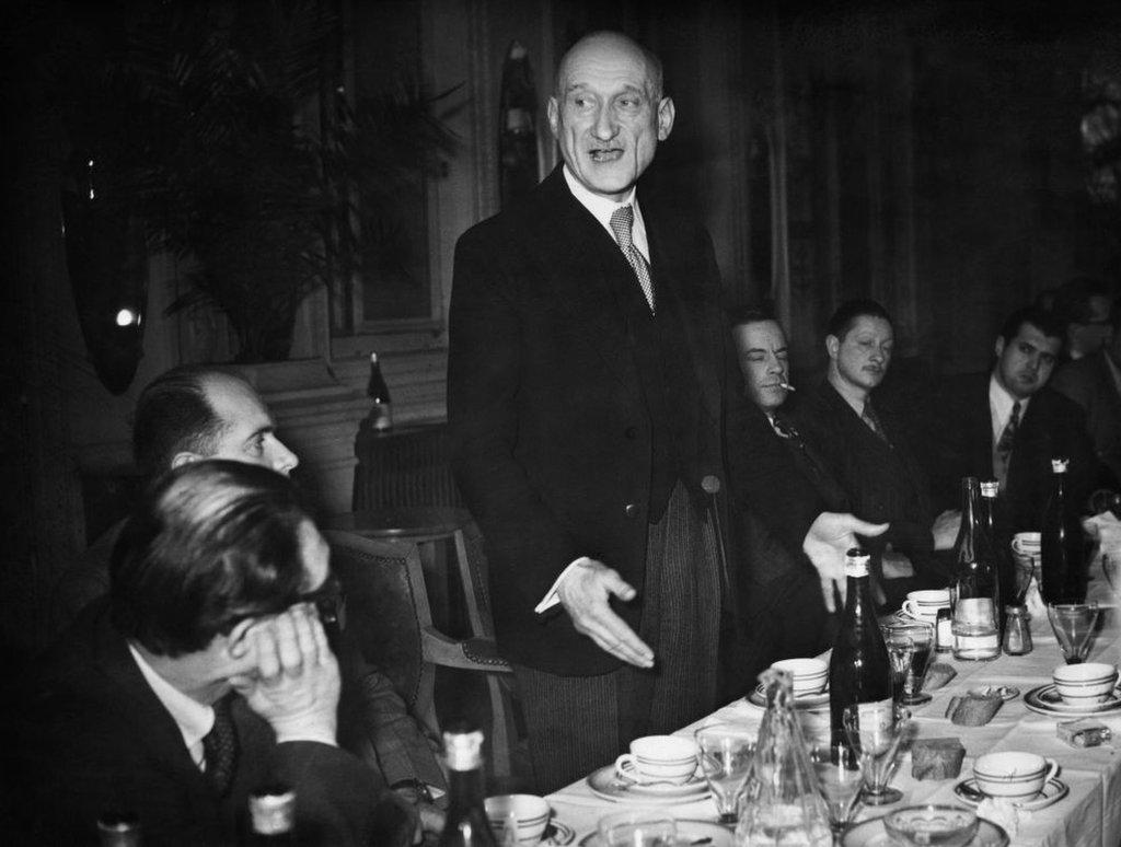 Robert Schuman hablando ante ministros extranjeros