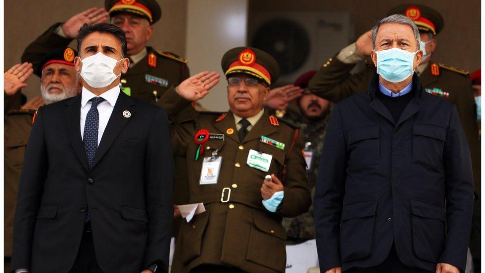 وزير الدفاع التركي خلوصي أكار(يمين) وبجواره نظيره الليبي خلال زيارته الأخيرة إلى طرابلس
