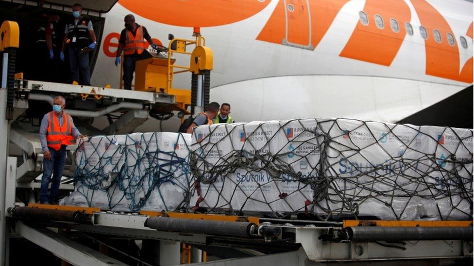 Descarga de la vacuna rusa en el aeropuerto de Caracas.
