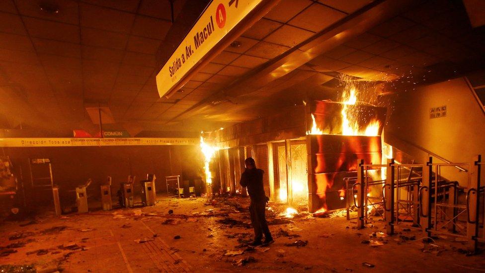 У Чилі - масові безлади через ціни на метро. У столиці ввели надзвичайний стан