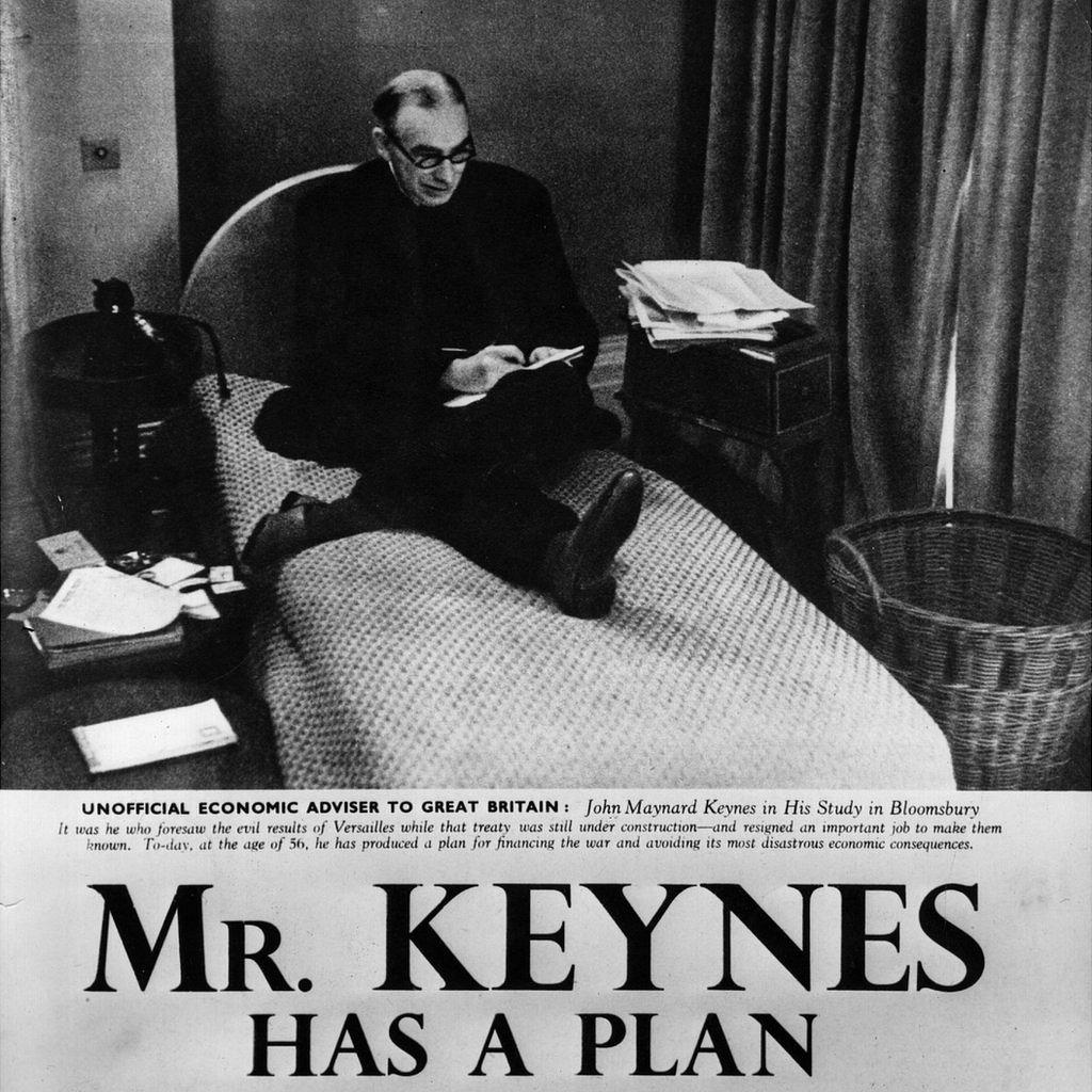 """Página de periódico con el título: """"Mr. Keynes tiene un plan"""" y una foto de Keynes en su estudio en Bloomsbury"""