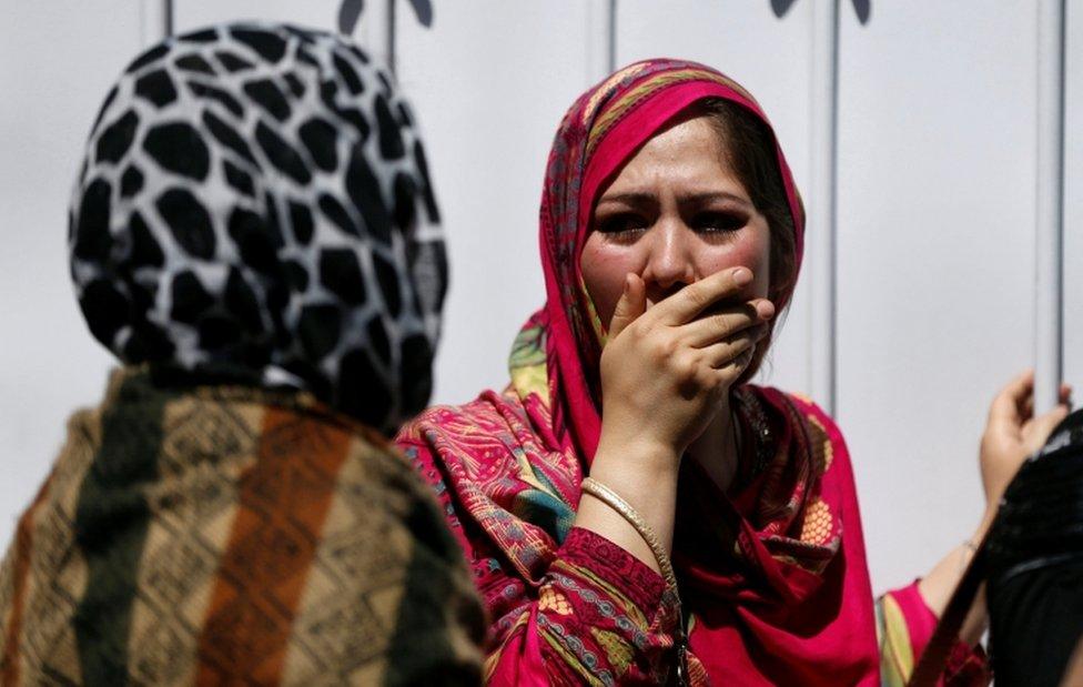 Una mujer conmocionada se cubre la boca, fuera de un hospital en Kabul, después de un ataque con un camión bomba. 31 de mayo de 2017