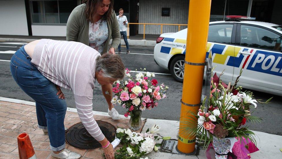 Mujeres colocan flores en homenaje a las víctimas de Christchurch