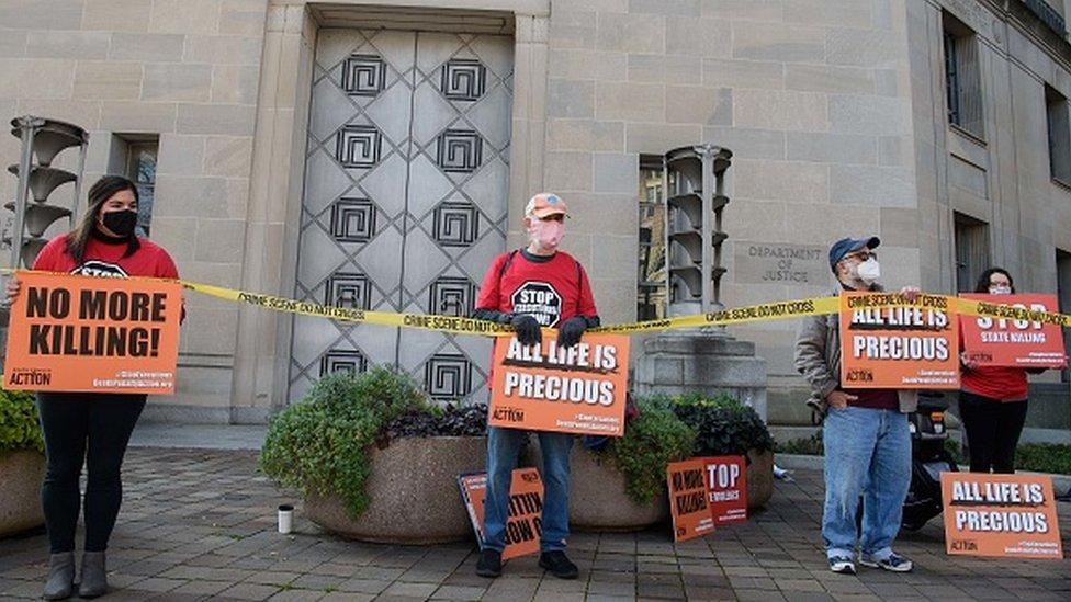 Manifestantes protestan contra las ejecuciones federales de condenados a muerte, frente al Departamento de Justicia de EE.UU. en Washington.