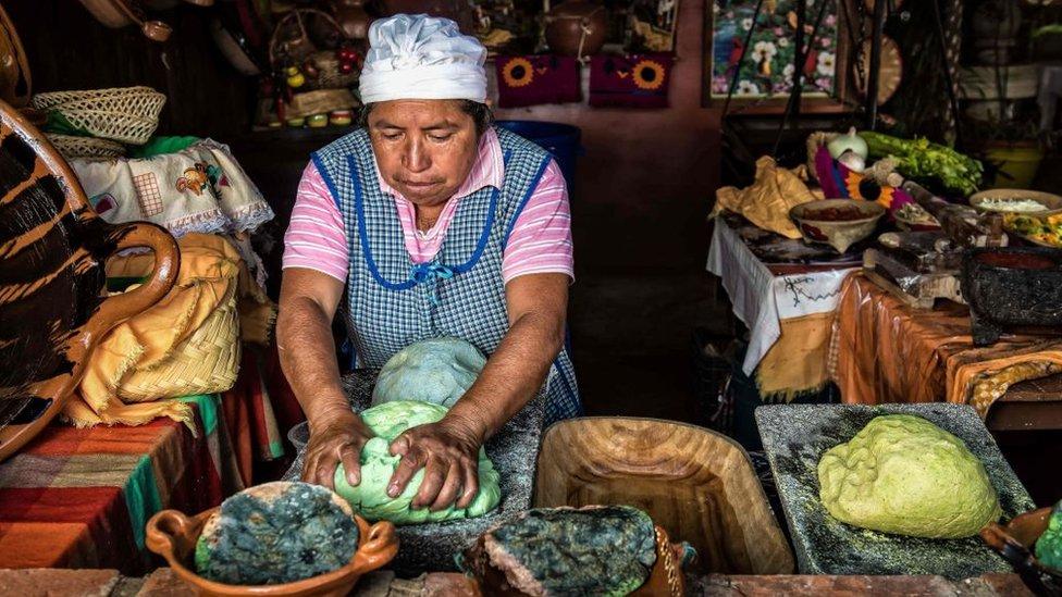 Mujer preparando masa de tortilla.